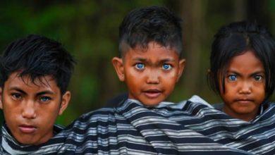 Photo of Photographer Captures Rare, Spellbinding Blue Eyes Of Indonesian Tribesmen.