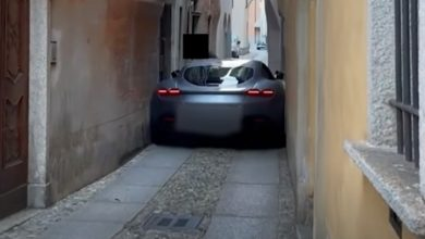 Photo of € 200,000 Ferrari Gets Stuck In The Alley: Owner Miscalculates.